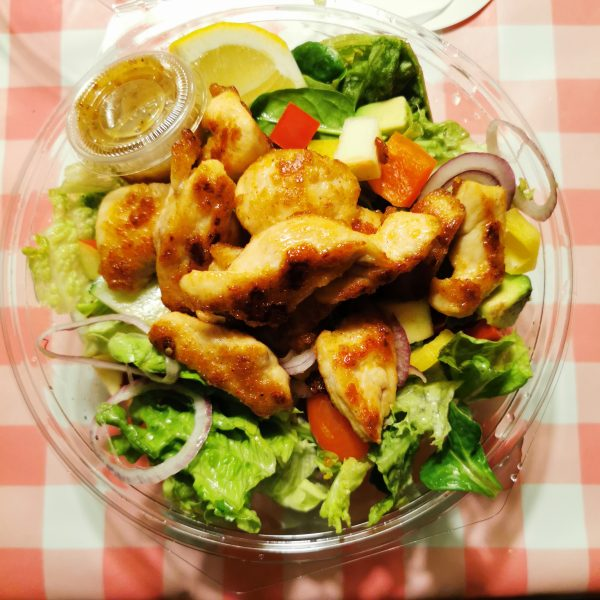 Salade Kip veel fruit en groente
